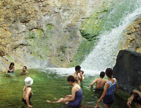 カムイワッカの滝01_bk