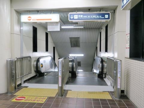 180718南茨木駅42京都行きエスカレ@630