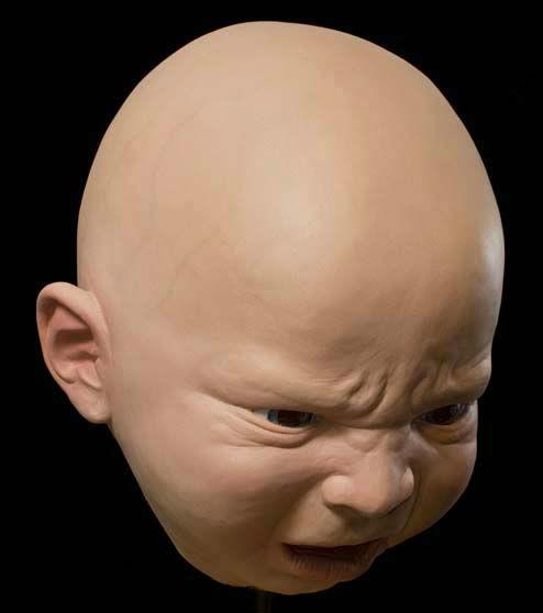 恐怖!不気味すぎる赤ちゃんマスク…大人の体+赤ちゃん顔=ホラー映画のキャラ?
