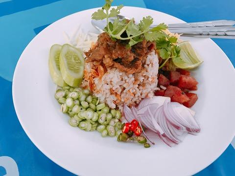 タイ・バンコク シーロム近くのカオクルックガビ 野菜混ぜご飯といった印象 彩りが綺麗で食べるのがもったいない美しさ