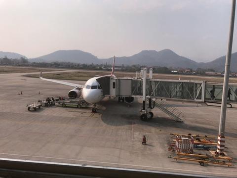 ラオス・ルアンパバーン国際空港からのタクシー というか乗り合いのバンは市内まで50000kipだったはず