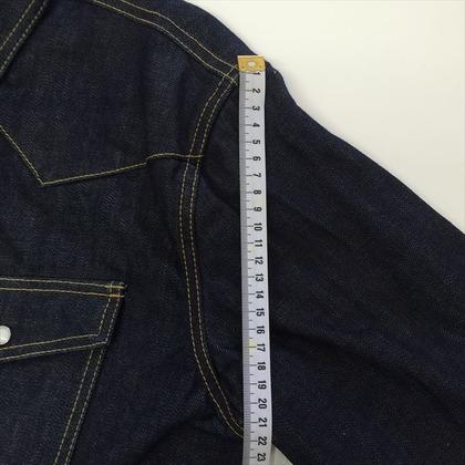 デニムシャツの肩口から袖口について