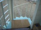 室内かららせん階段を見る