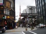 芝増上寺参道の山門と東京タワー