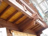 二階バルコニーを見上げる