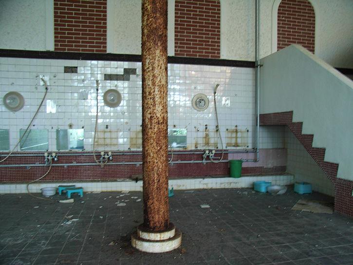 白鳥湖ホテル 錆びた柱