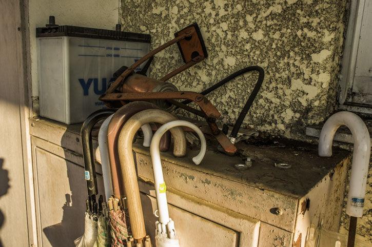 つつじヶ丘 廃アパート 傘とバッテリー