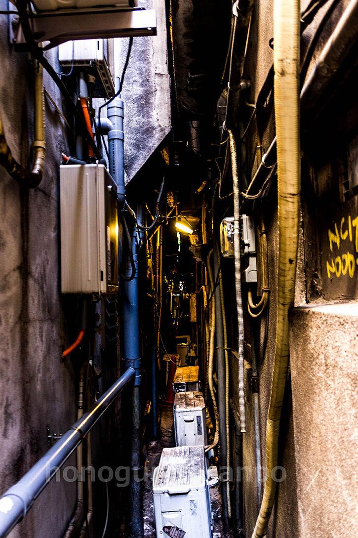 ゴールデン街-すきま