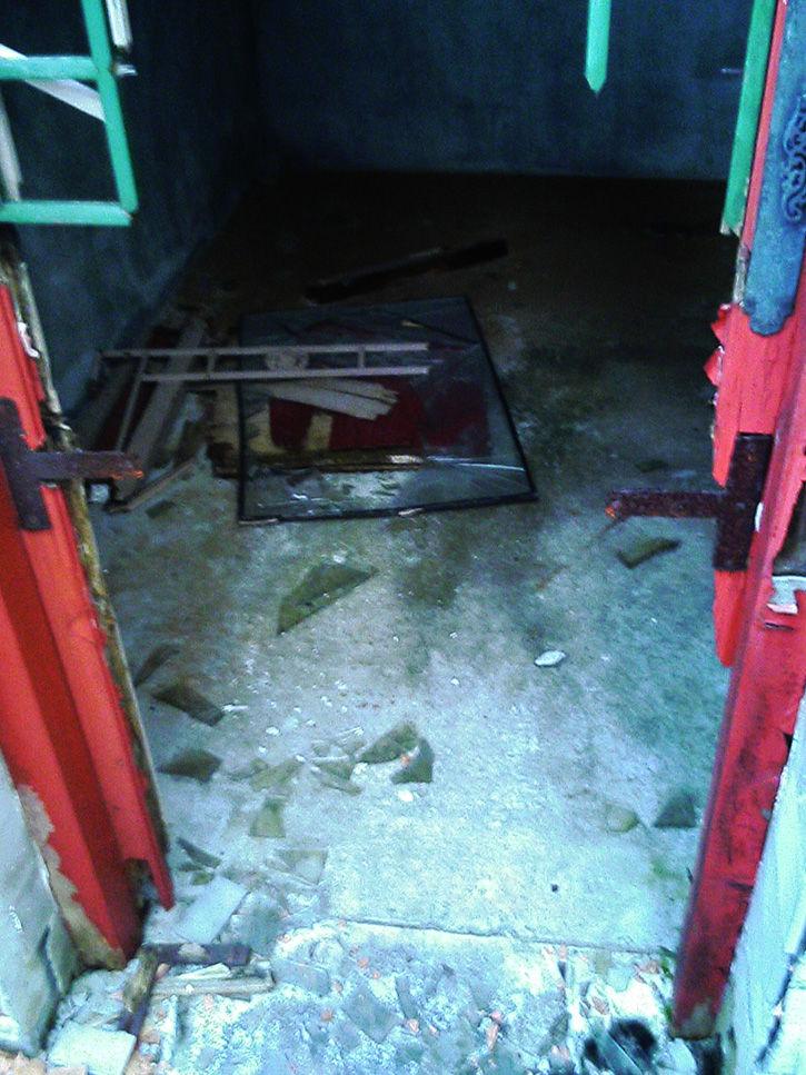 天華園 破損ドア