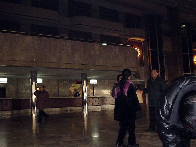北朝鮮観光 暗いロビー