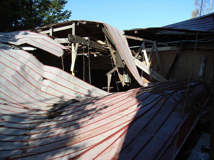 白鳥湖ホテル 崩落屋根