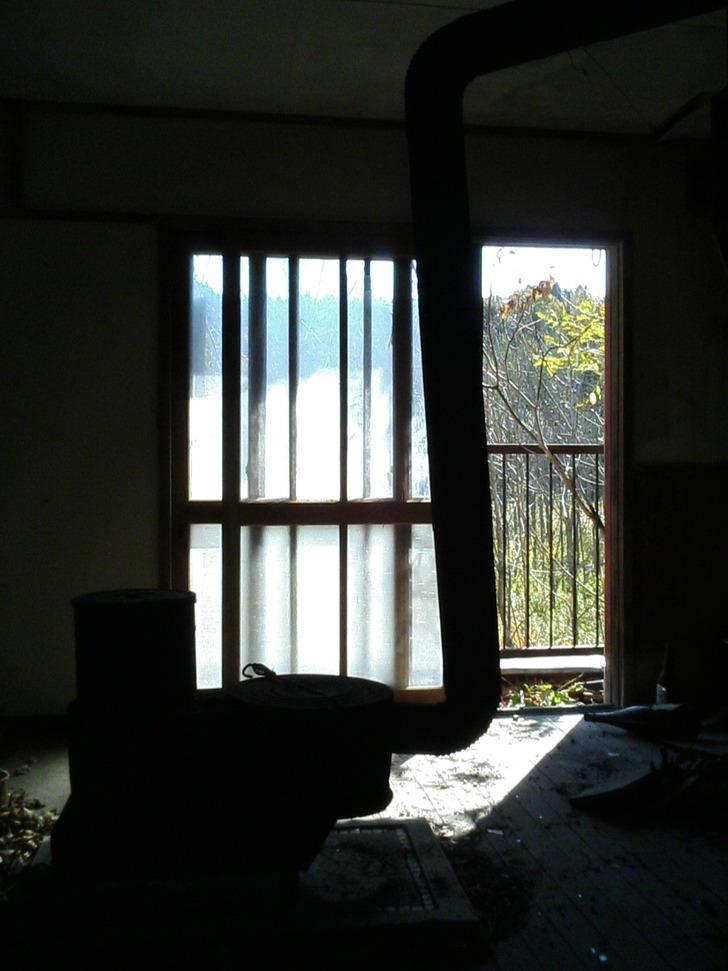 ストーブと窓