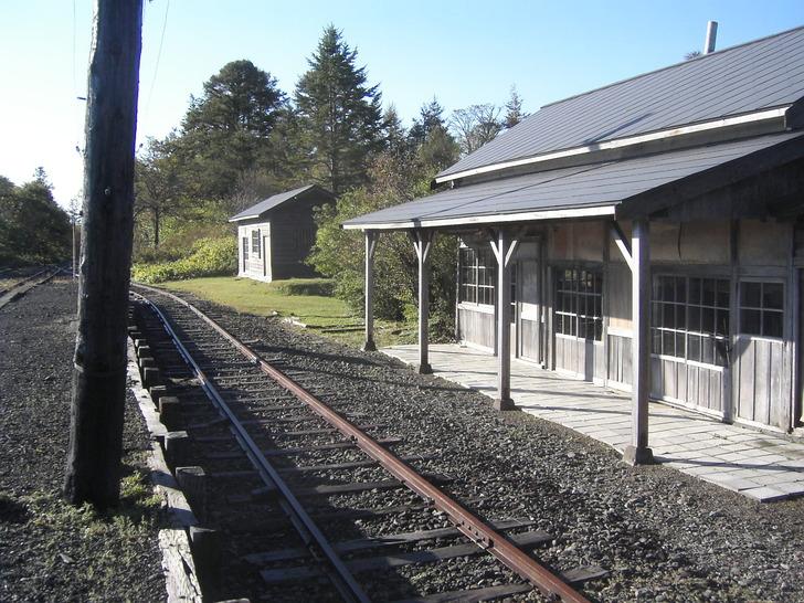 駅舎とレール