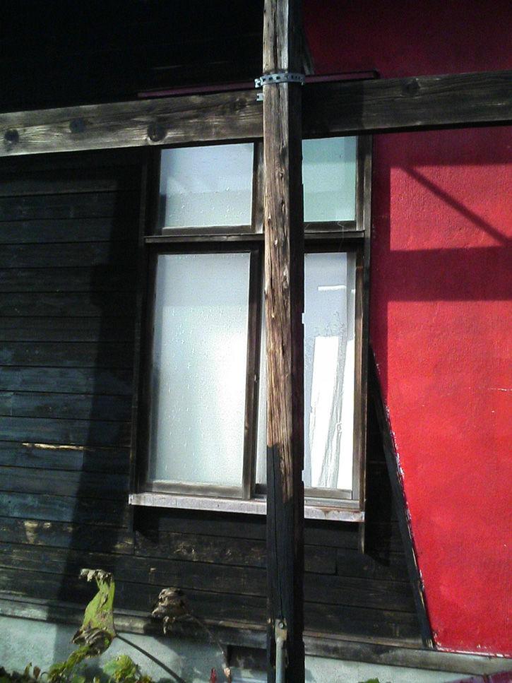 チニカ山荘 柱背景赤