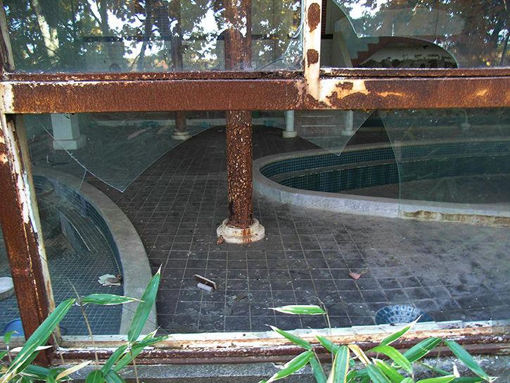 白鳥湖ホテル ガラス入り口