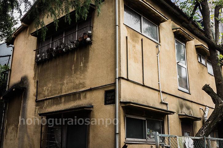 エリア8ビル 横の廃屋