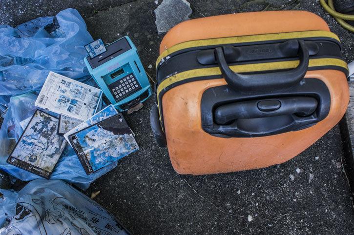 つつじヶ丘 廃アパート スーツケース