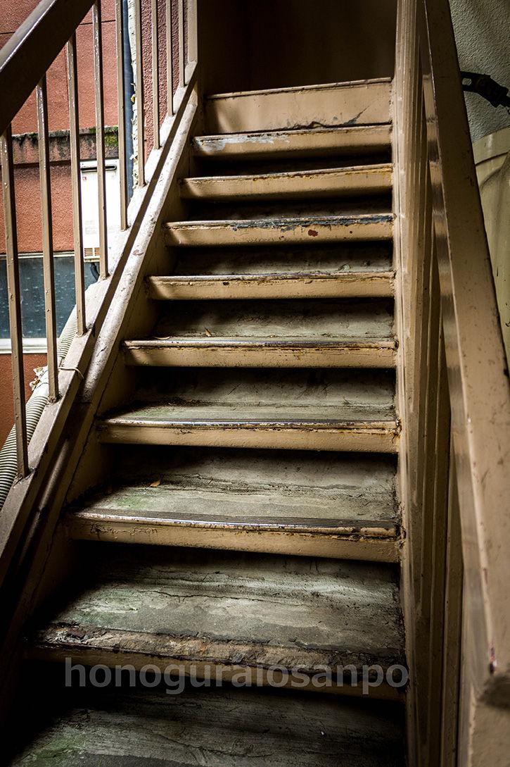 エリア8ビル 階段