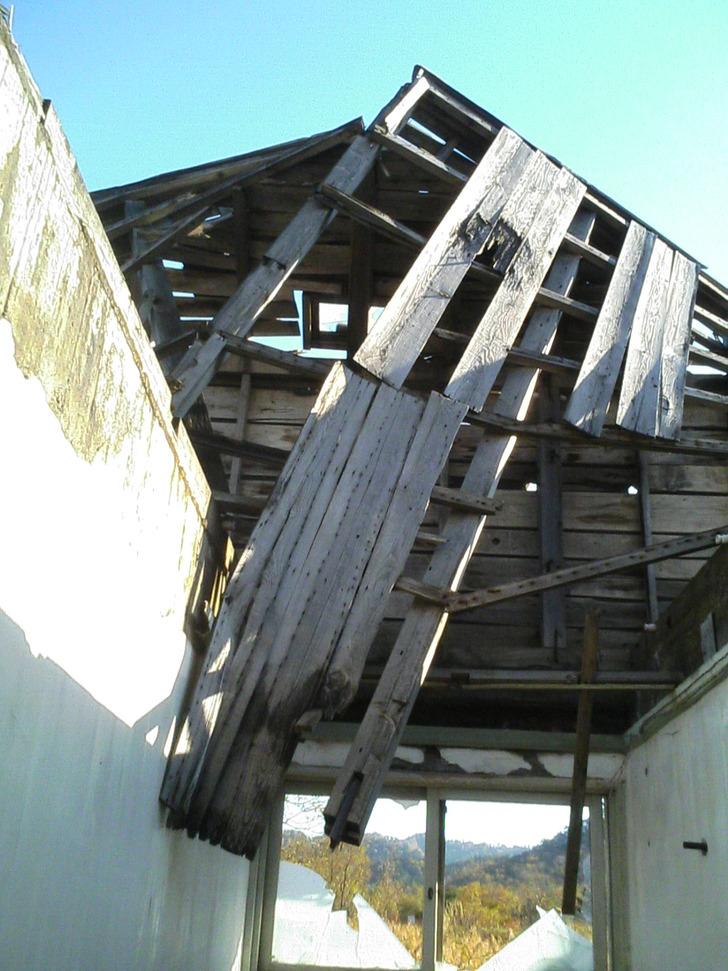 崩れた屋根