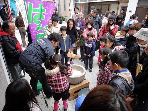 米儂人の餅つき大会