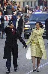 パレードで人々に手を振るるオバマ夫妻