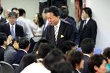 両院議員総会を前に議員たちと言葉を交わす鳩山代表