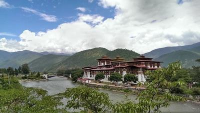 【悲報】世界一幸せな国ブータン「なんだ、私たち本当は貧困国じゃん…」→ネットの普及で幸福度ランキング圏外へ