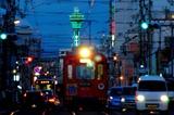 黄昏時の通天閣と阪堺電車