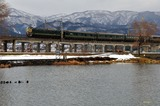 冬の貫川内湖と「トワイライトエクスプレス」
