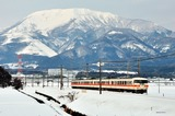 雪の伊吹山と117系