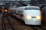 夕刻の新大阪駅に入線する300系
