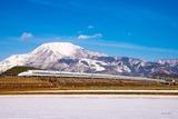 冬の伊吹山と新幹線