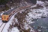 冬の川代渓谷と381系_1
