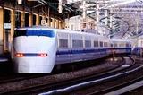 夕刻の西明石駅を出る300系