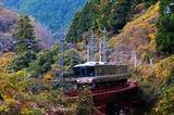 第一篠山川橋梁を渡る223系