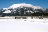 雪の伊吹山と500系