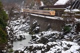 冬の川代渓谷と381系_2