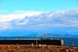 白波立つ琵琶湖を行く「トワイライトエクスプレス」