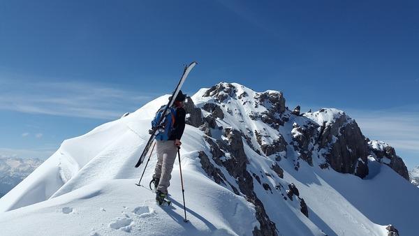 backcountry-skiiing-1363754_1920