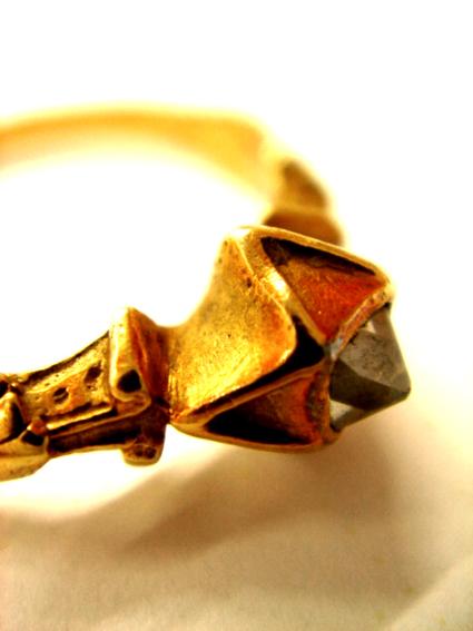 ピラミッドダイヤモンドリング本物