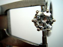 石留めされた宝石の直径を測る
