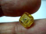 合成ダイヤモンド原石を手にと取る