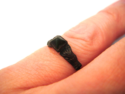 指にはめたブロンズリング