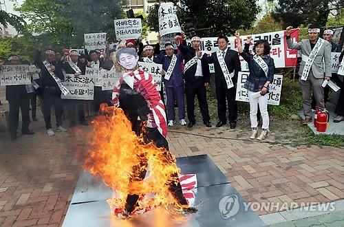 韓国人が火病って安倍首相の人形...