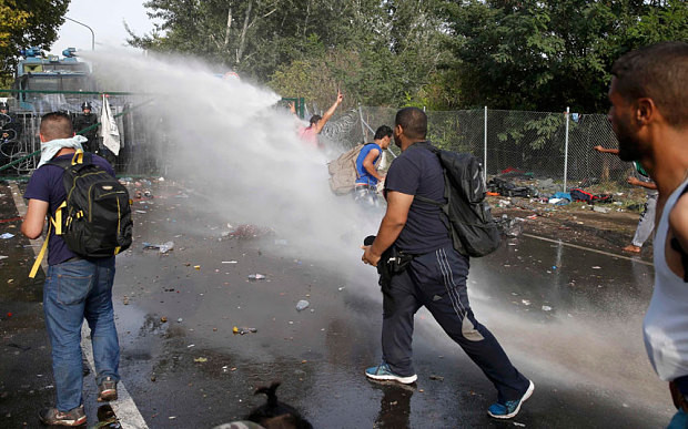 hungary-tear-gas-serbian-border6