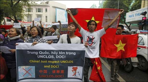 Anti-China-protesters-factories-fire-Vietnam_5-14-2014_147642_l