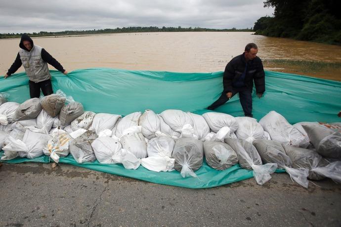 AP_balkans_flood_sandbags_jt_140517_3x2_1600