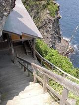 この急な階段の先が石室神社です
