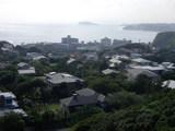 手前から披露山庭園住宅、逗子マリーナ、江の島