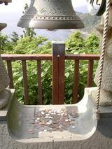 恋人岬 金の鐘の下の小銭